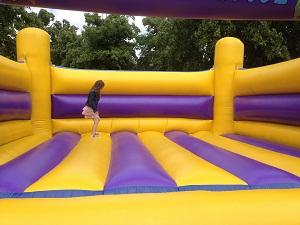 Huepfburg springen gesund Kind springt
