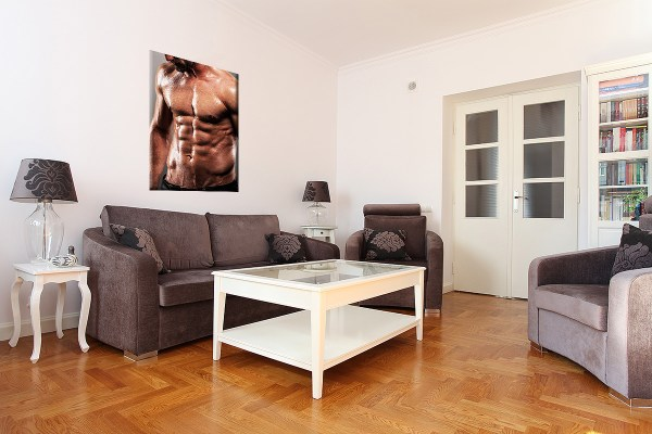 DB_1445_Sexy_Maenner_Body_Sixpack.Hochkant Couch 3D