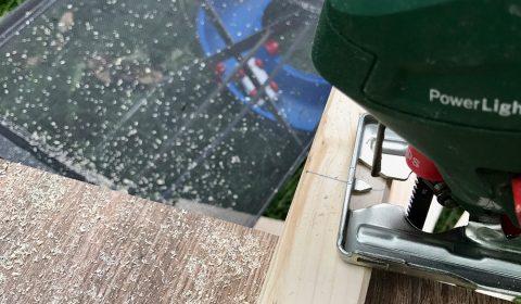 Holzlatten auf die gewünschte Länge zurecht schneiden