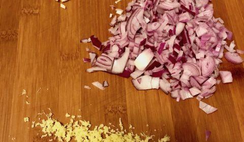 Knoblauch und Zwiebeln klein schneiden, Ingwer fein reiben