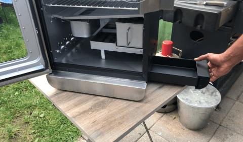 Fettaufangschale von außen zugänglich