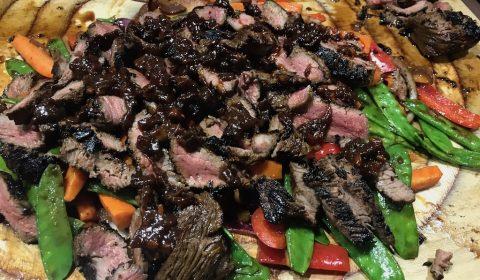 Asiatischer Steakteller auf Wokgemüse
