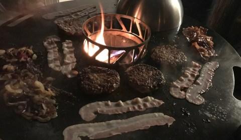 Einweihung der Feuerplatte mit Burger, Bacon und Zwiebeln