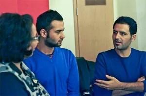 Verständigung: Karima Köhler dolmetscht ein Gespräch zwischen Mohamad AlToubaji und Murad Khery und den Bantorfern.