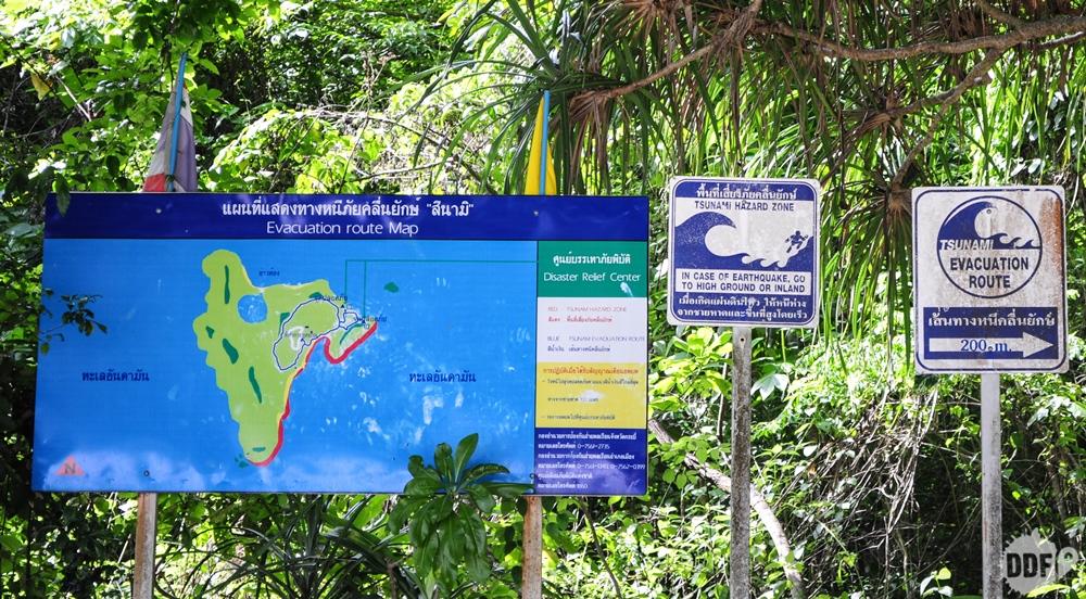 Placa com rota de evacuação para tsunami na Hong Island / Koh Hong, Railay Beach, Krabi, Tailândia
