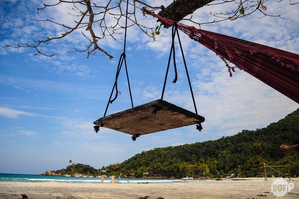 Um dos muitos balanços pendurados nas arvores da praia do aventureiro em ilha grande.