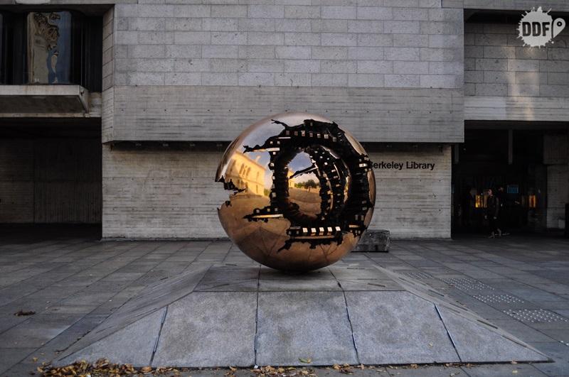 dublin-trinity-college-esfera-escultura-campus-irlanda