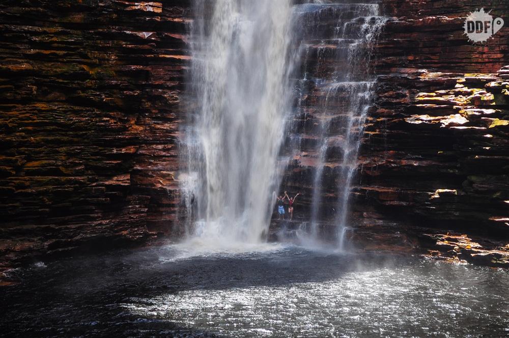 viagem-casal-viajando-namorado-namorada-marido-esposa-cachoeira