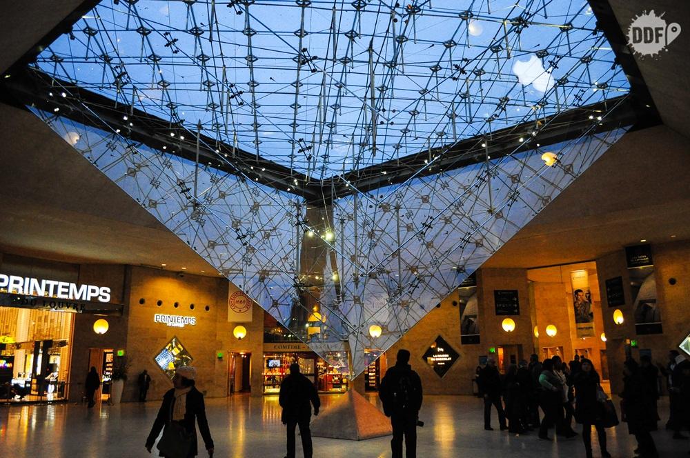 louvre-museu-palacio-piramide-cristal-invertida-paris-franca