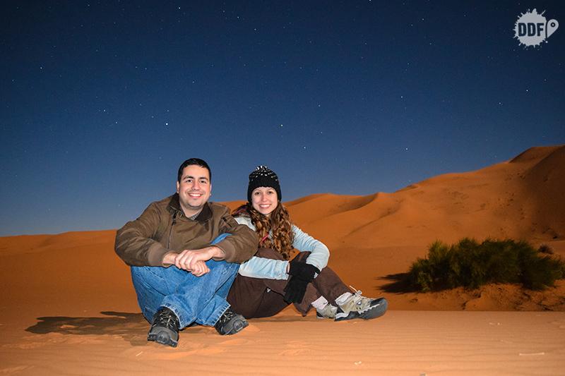 Deserto do Saara de noite. Foto de longa exposição