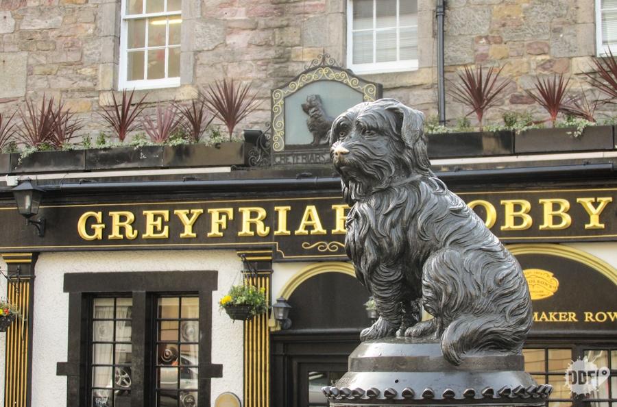 Edimburgo-o-que-vale-a-pena-fazer-estatua-greyfriars-bobby-cachorro-tumulo-dono-escocia-europa