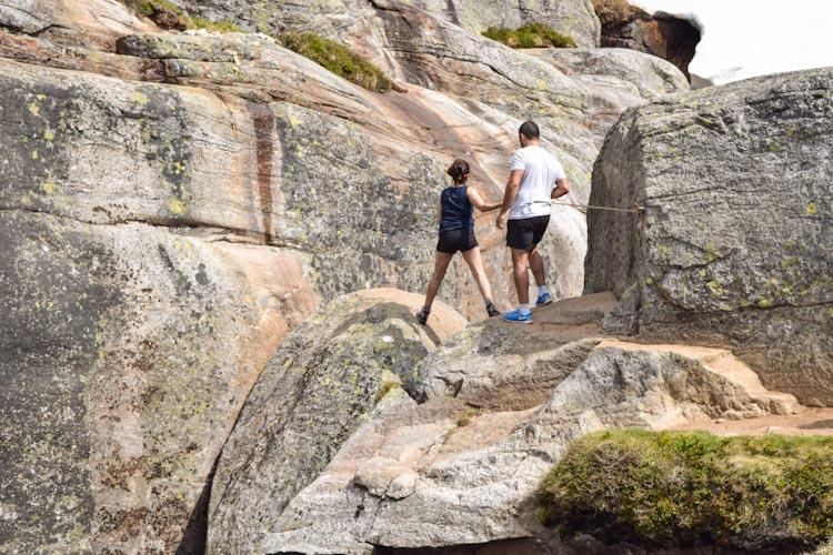 como subir na pedra kjeragbolten ajuda corda