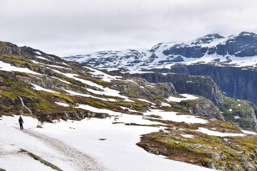 Trilha com neve  para a Trolltunga na Noruega