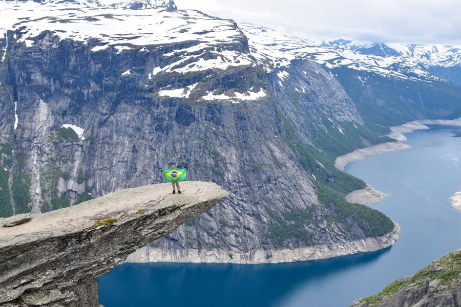 Trilha para a Trolltunga na Noruega bandeira do brasil