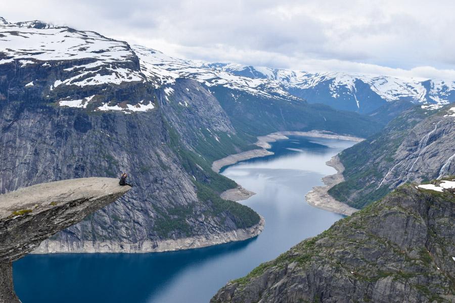 Trilha para a Trolltunga na Noruega fotografia linda paisagem