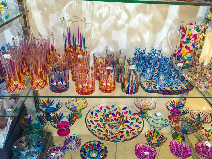 copos, jarros e pratos feitos em vidro produzidos de forma artesanal em murano em veneza