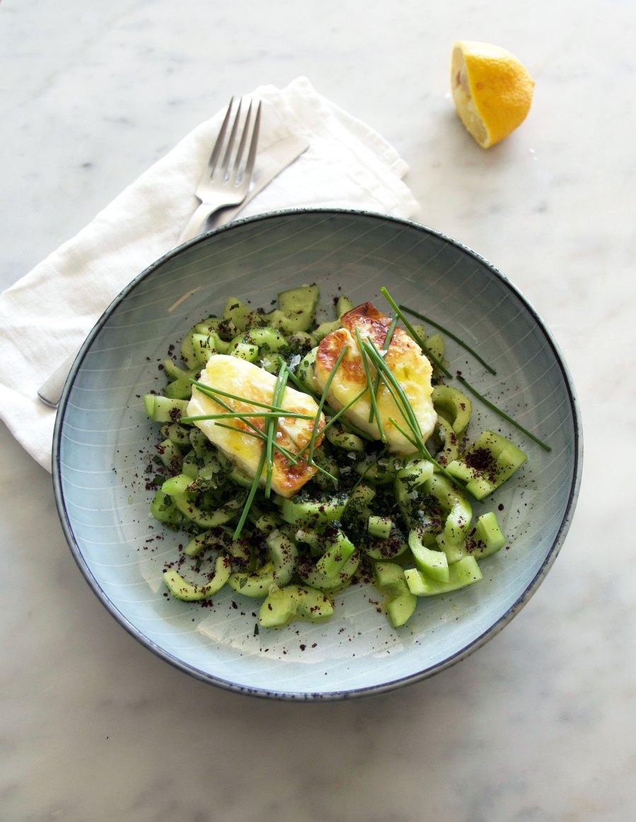 Salat Med Agurk Sumak Og Stegt Halloumi Dejligt