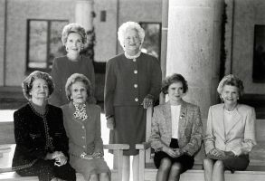 800px-First_Ladies_at_Ronald_Reagan_Presidential_Library
