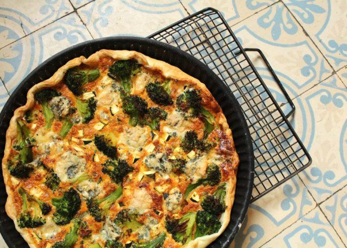 Hartige taart met broccoli en gorgonzola