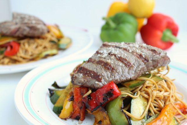 Aziatische soba noedelsalade met gegrilde biefstuk
