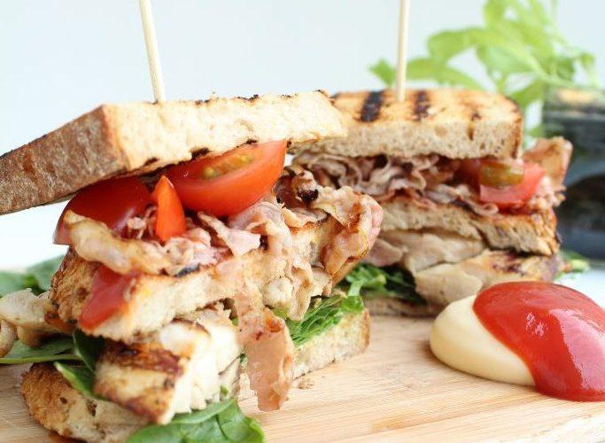Club sandwich met gegrilde kip