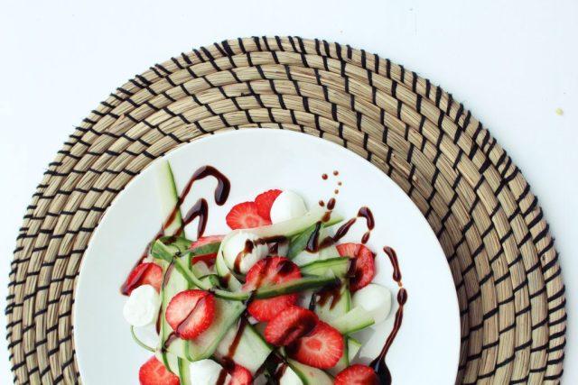 Komkommer aardbeisalade
