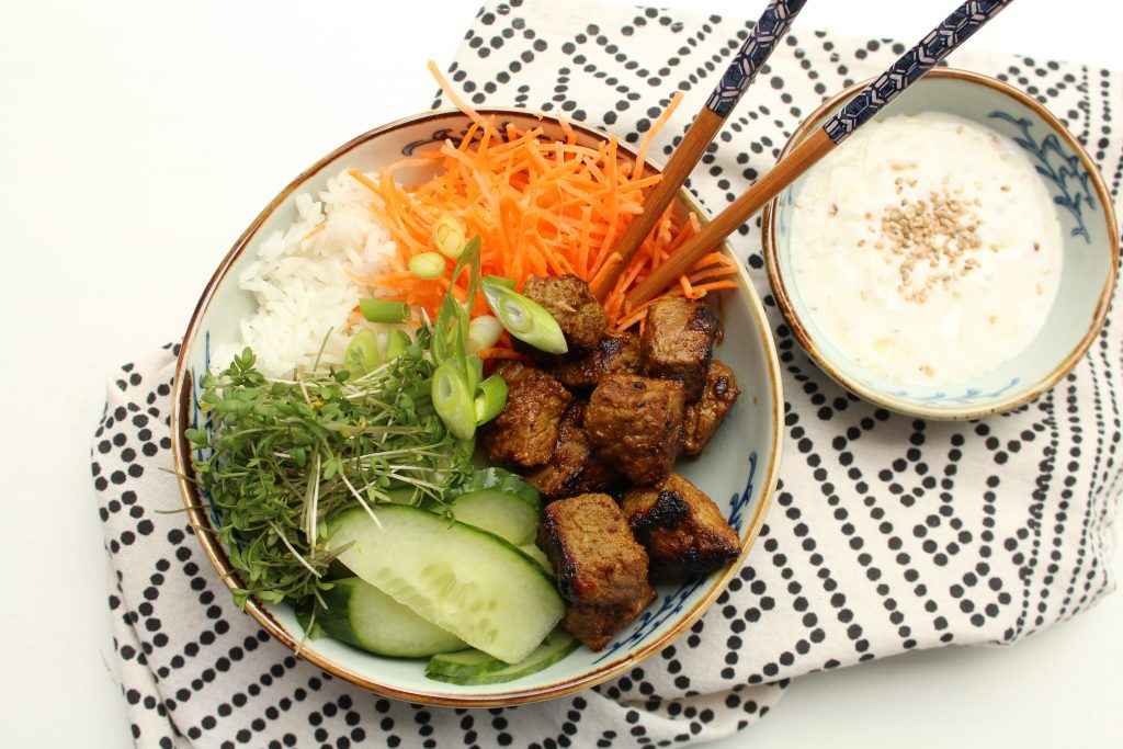 Poké bowl met vlees en sesamdressing