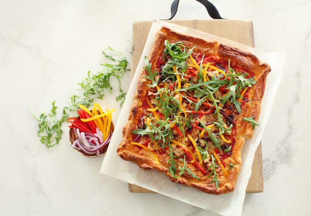 Plaatpizza met kip, paprika en rode ui