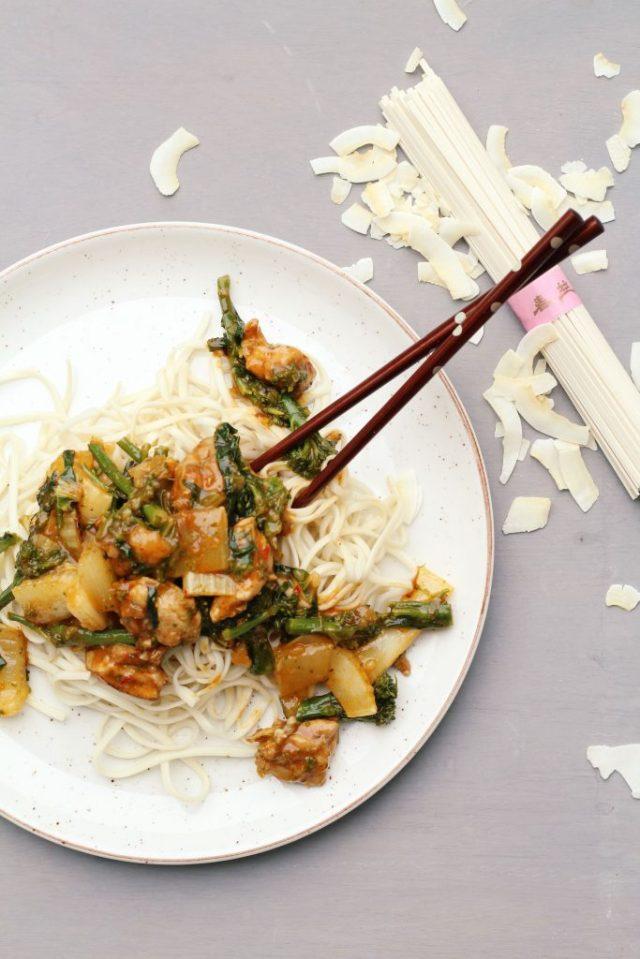Kip curry met udon noodles