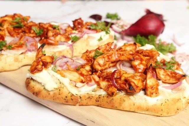 pizza van naanbrood met kip