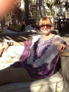 Anne Gitte Distler er indehaver af Friendly Fur (www.friendlyfur.dk), som forhandler kunstpels af høj kvalitet; 100 % dyrevenlig mode uden brug af dyrepels.