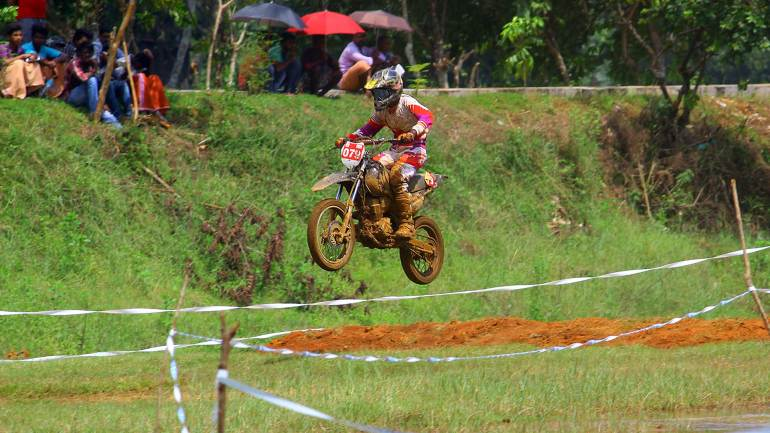Bhoothathankettu-Mud-Race-2017-Rider-Flying-his-bike-on-the-track