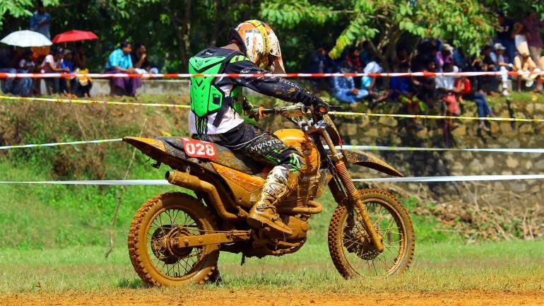 Bhoothathankettu-Mud-Race-2017-Rider-checkinghis-two-wheeler-after-the-free-lap