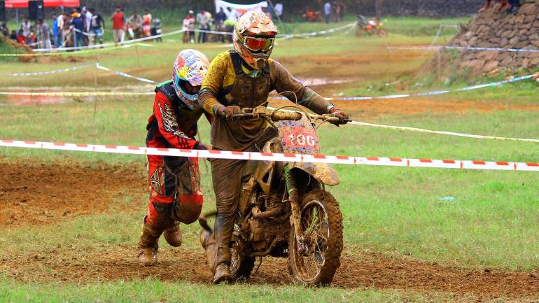 Bhoothathankettu-Mud-Race-2017-participant-helps-a-rider-to-clear-the-track