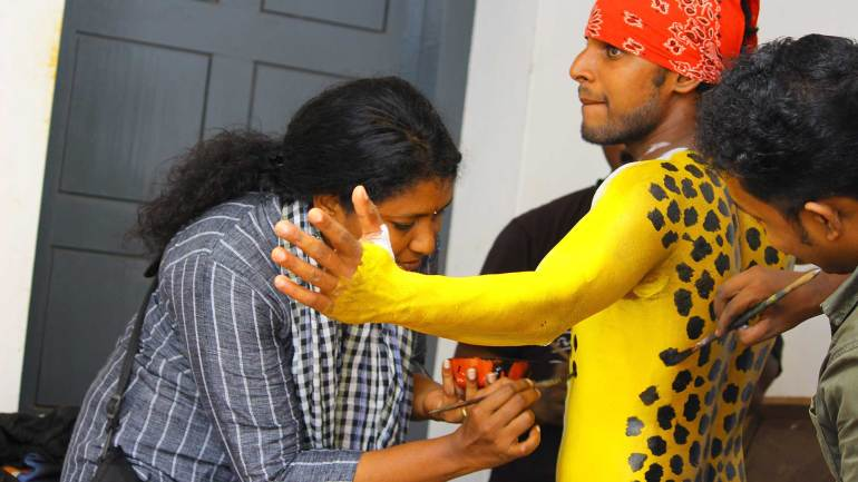 Puli-Kali-Pulikkali-A-lady-who-joined-with-the-artist-to-paint-the-body