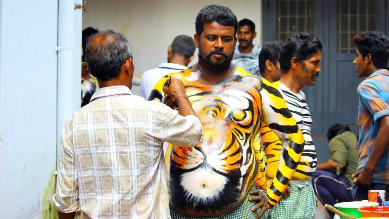 Puli-Kali-Pulikkali-An-Artist-painting-on-the-body-of-a-participant
