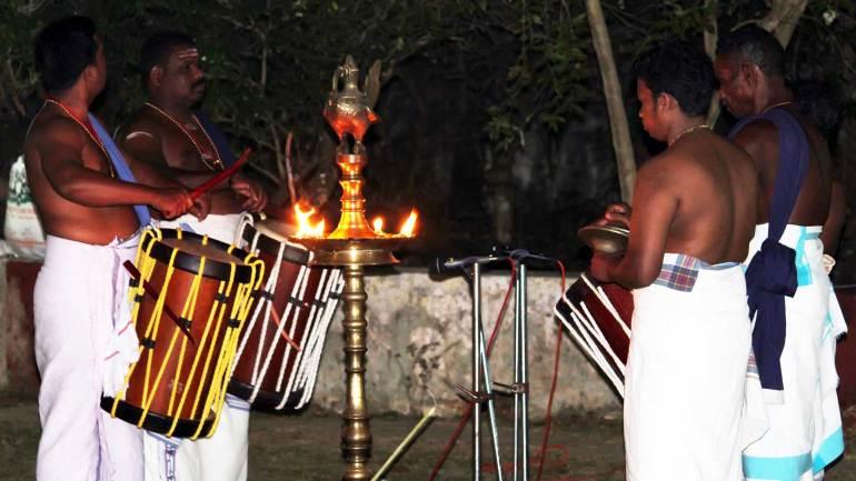 Arangu-Keli-Beats-of-drums-before-the-Mudiyettu-performance