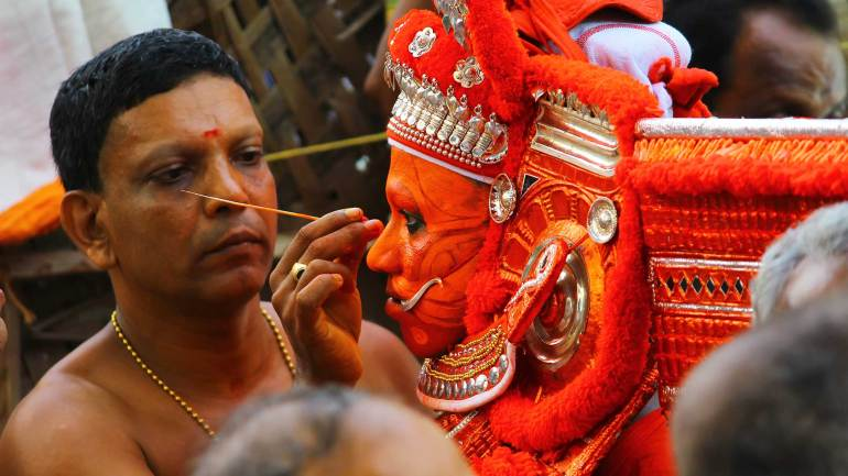 Final-touch-of-theyyam-make-up