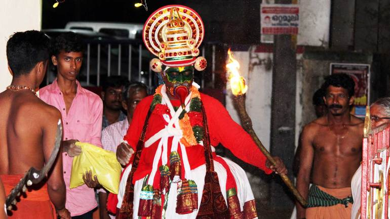 Thookkam-performer-enters-the-temple