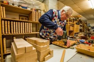 BredaSint Jansstraat 26De KookwinkelLekker BrabantKarel Elbers bezig met het fabriceren van de speciale houten snijplank.