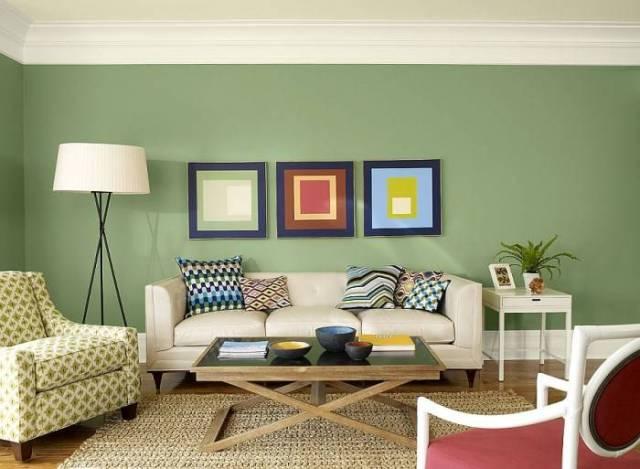 Modern bir oturma odasında yeşil duvar kağıdı