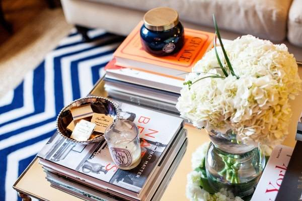 Farklı dekora sahip sehpa üzerine kitaplar