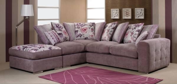 Oturma odasında yumuşak köşe kanepe fotoğrafı