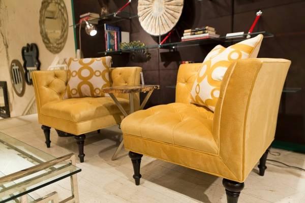 Şık köşe sandalyeler ve aralarında bir masa