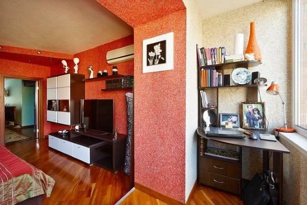 Duvarlar için kırmızı sıvı duvar kağıdı - balkonlu bir salonda fotoğraf