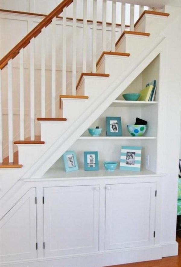 Özel bir evde merdivenlerin altında gardırop fotoğrafı 1