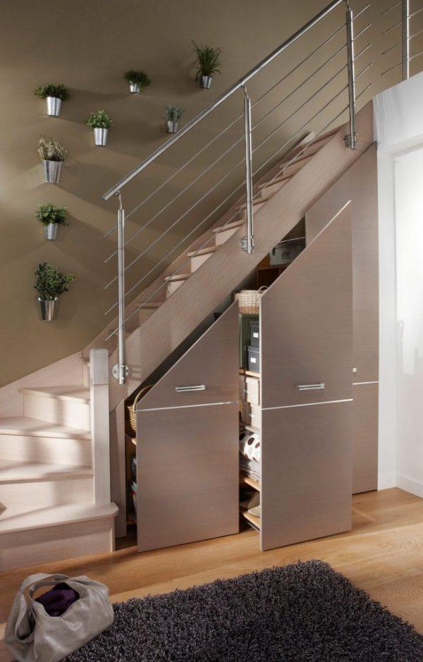 bir kır evinde merdivenlerin altındaki dolaplar