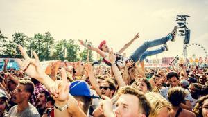 """Aantrekkelijke mensen niet welkom op zomerfestivals: """"Fysieke contacten tot een minimum beperken"""""""
