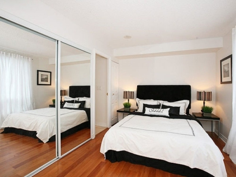 kamar tidur kecil dengan cermin lebar