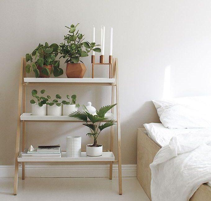 sudut kamar tidur dengan tanaman dalam ruangan